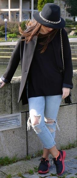 Black Tee Skinny Jeans Nike Sneakers Outfit
