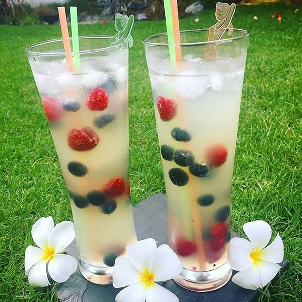 Rum, Lemonade and Berry Fruity Summer Cocktail Idea for Women