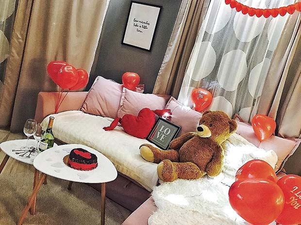 Cute Valentine's Living Room Decor Idea