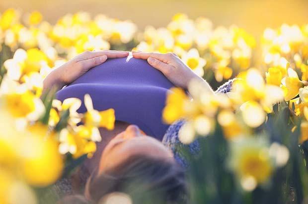 Easter Daffodil Maternity Photo Shoot