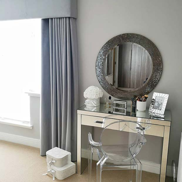 Chic Vanity Table with Round Mirror