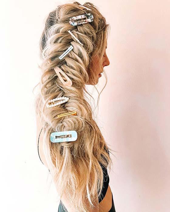 Big Accessorized Side Braid für langes Haar