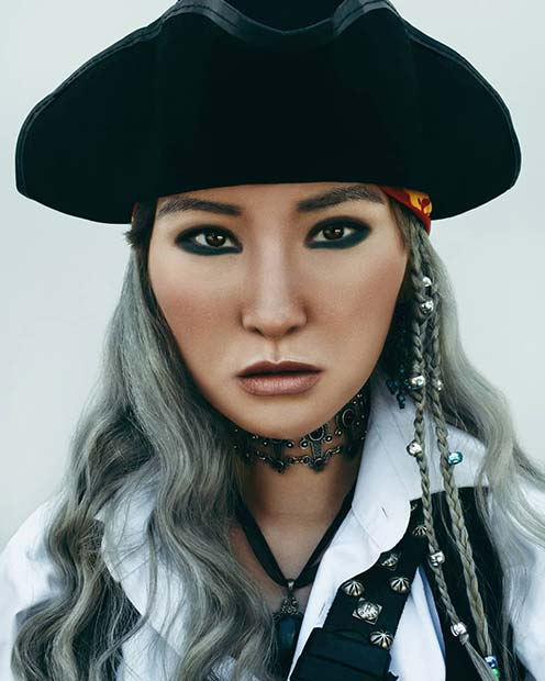 Simple Pirate Makeup Idea for Women